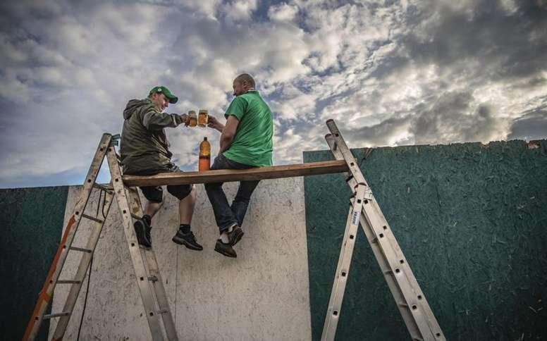 Andamios, escaleras... cómo ver un derbi sin entrar al estadio. EFE/EPA/Martin Divisek