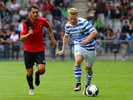 Dos jugadores del De Graafschap y el Mallorca pelean por un balón en el amistoso de pretemporada que enfrentó a ambos equipos. DeGraafschap