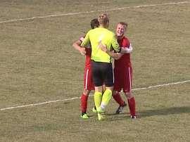 Dos jugadores del FC Wichita celebran junto a Mark Weir el gol que logró de portería a portería. YouTube