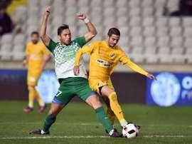 Dos jugadores pelean por un balón en el Apoel-Aris de Limassol que terminó 5-0 para los de Nicosia. ApoelFC