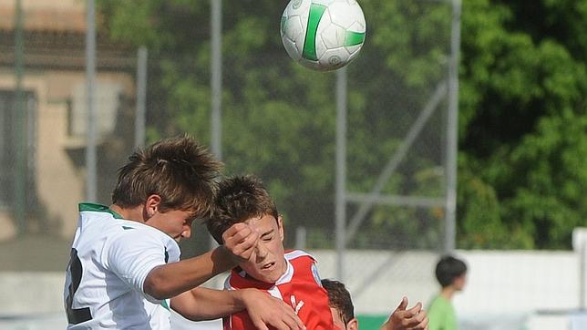En Estados Unidos no quieren que los más pequeños golpeen el balón de cabeza. BeSoccer