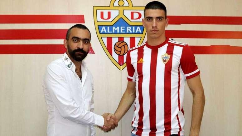 Rosic (d) ya es nuevo jugador del Almería. Twitter/U_D_Almeria