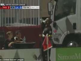 Drogba boit l'eau d'un des ramasseurs de balle. YouTube/USL