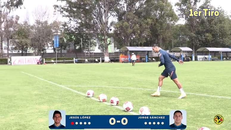 El 'Chucho' López y Jorge Sanz se picaron en un juego de puntería. Captura/Dugout