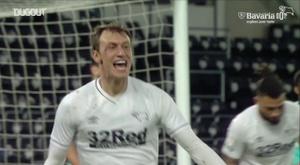 Bielik offre la première victoire d'entraineur de Rooney. Dugout