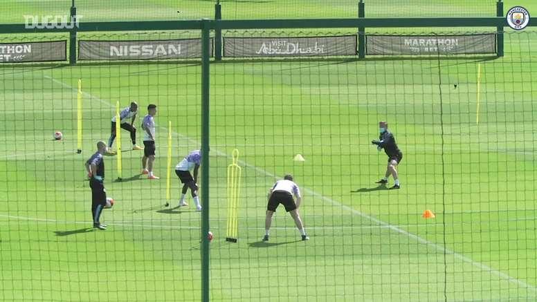 De máscara, Guardiola acompanha treino com bola no Manchester City. DUGOUT