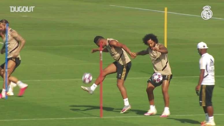 Real Madrid faz trabalho de domínio de bola em grupo. DUGOUT