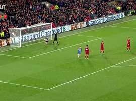 Le coup franc malin de Lewis Dunk contre Liverpool. dugout