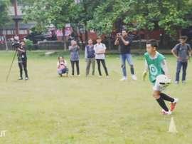 N'Kono treina crianças na Indonésia. DUGOUT