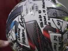 Ferran Torre mostra il pallone autografato. Dugout