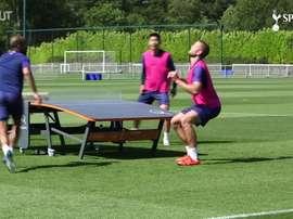 Jogadores do Tottenham se desafiaram no futmesa. DUGOUT