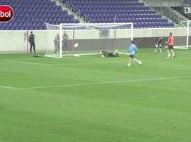 Reflexos apurados de Casillas em treino da Espanha. DUGOUT