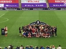 Jogadores do Arsenal levantam o troféu da FA Cup. DUGOUT