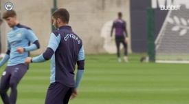 Aké e Ferran Torres treinam no Manchester City. DUGOUT