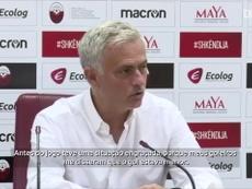Mourinho aponta para as medidas do gol, que estavam 5 cm menor. DUGOUT