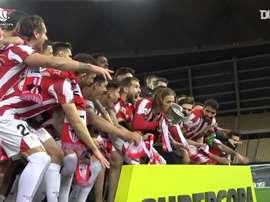 L'Athletic Bilbao soulève la Supercoupe d'Espagne 2020-21. dugout