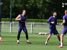 Mourinho acompanha treino do Tottenham para volta da Premier League. DUGOUT