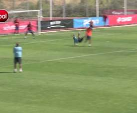 Pedro dá linda bicicleta em treino da Seleção Espanhola. DUGOUT