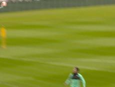Liverpool s'entraîne devant le but en fin d'entraînement. Dugout