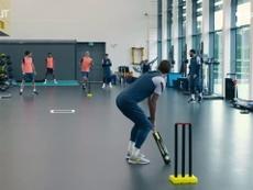 Les joueurs de Tottenham jouent au cricket en salle d'entrainement. dugout