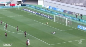Lee Seung-ki scored a stunning strike for Jeonbuk at Seoul in the K-League. DUGOUT