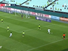 Jeonbuk came from behind to beat 10 man Pohang in the K-League. DUGOUT