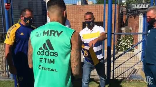Gabigol e Landim trocam camisas com diretores do Boca antes de treino. DUGOUT