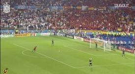 Fabregas marca um pênalti histórico contra a Itália na Euro de 2008. DUGOUT