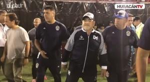VIDÉO: L'arrivée de Maradona au CA Huracán. Dugout