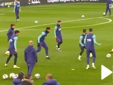Messi na roda de bobinho é imagem rara no Barcelona. DUGOUT