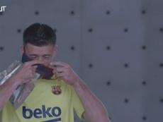 Jogadores do Barcelona testam máscaras produzidas pelo clube. DUGOUT