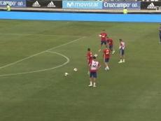 Kepa saltou de forma impressionante para evitar gols dos colegas da Espanha em treino. DUGOUT