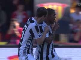 Golaço de Douglas Costa contra o Benevento no Italiano. DUGOUT