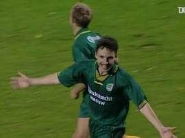 Van Bommel marca um gol impressionante. DUGOUT
