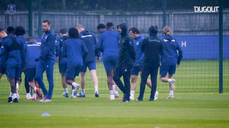VIDEO: Yerry Mina returns to Everton training. DUGOUT