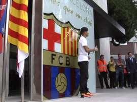 Neymar é apresentado pelo Barcelona no Camp Nou. DUGOUT