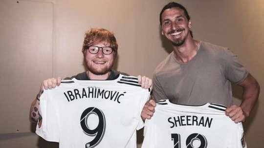 Ed Sheeran e Ibrahimovic, posando con la camiseta de Los Angeles Galaxy. Twitter/Ibra_official