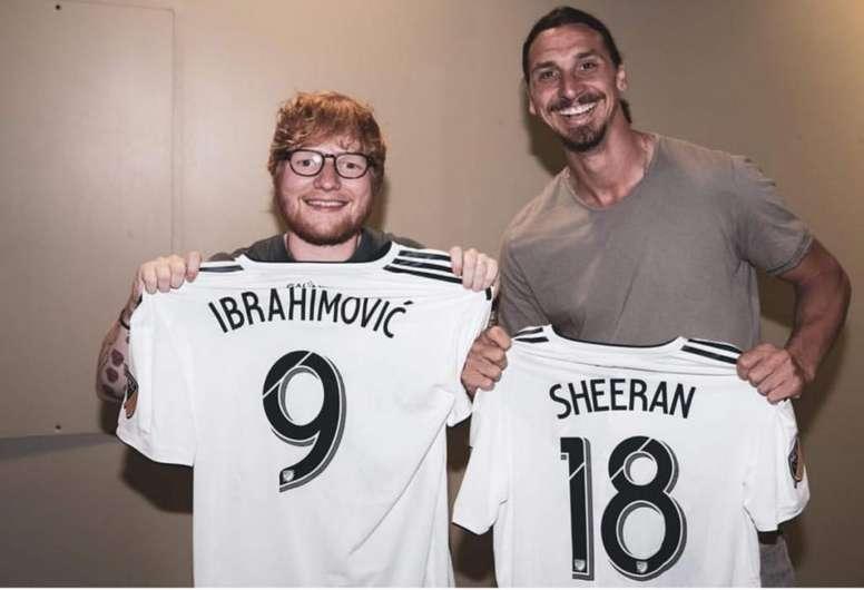 fe40a7674a Pin Ed Sheeran e Ibrahimovic, posando con la camiseta de Los Angeles  Galaxy. Twitter/