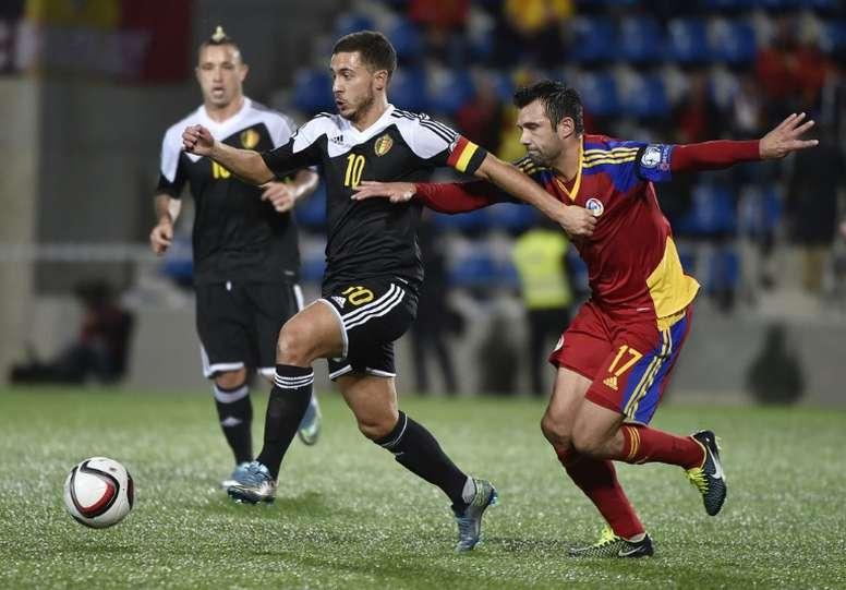 Eden Hazard (2i) pelea con el delantero andorrano Victor Moreira. AFP