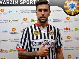 Éder Díez posa con su nueva camiseta tras firmar con el Varzim. varzim.pt