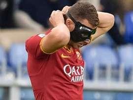 Edin Dzeko jogou com máscara apesar das recomendações médicas. Twitter/ASRomaEspanol