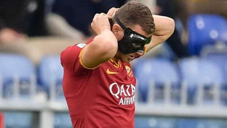 Dzeko a désobéi aux médecins et a joué avec un masque. Twitter/ASRomaEspanol