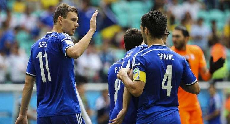 Edin Dzeko y Emir Spahic son primos y compartieron equipo en la Selección Bosnia. Twitter
