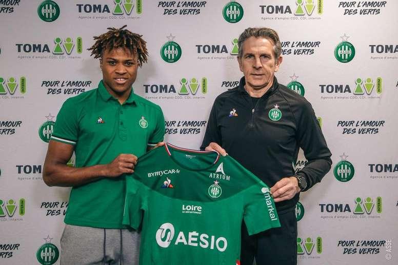 Edmilson Correia signe son premier contrat professionnel à Saint-Etienne. Twitter/@ASSEofficiel