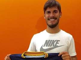 Edu Oriol posa con la camiseta de su nuevo equipo, el Llagostera. Twitter