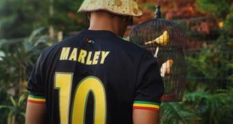 El Ajax luce tres pájaros en honor a Bob Marley. Captura/AFCAjax