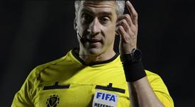 Los árbitros del Racing-Nacional dieron positivo en COVID-19. AFP