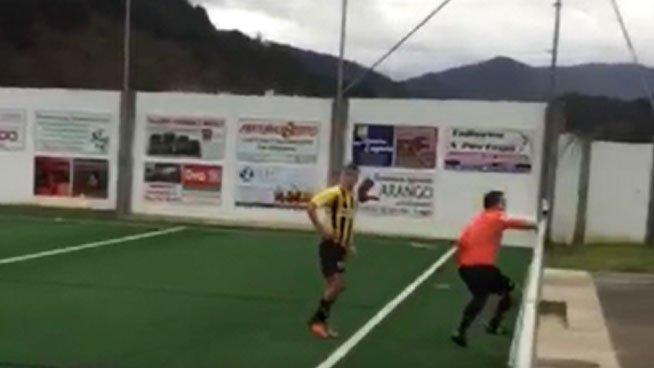 El árbitro tuvo que huir al verse rodeado por el equipo visitante. Youtube
