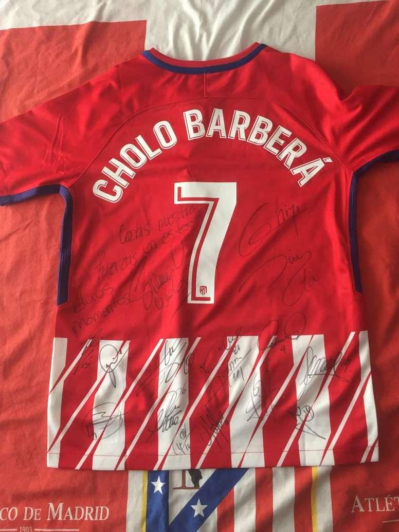 El Atlético mandó esta camiseta a la familia del joven fallecido. Twitter/UDAlzira