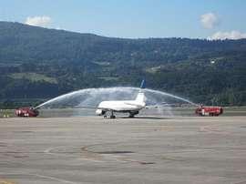El avión de la expedición, homenajeado con un arco de agua antes de despegar hacia Eslovaquia. Twitter